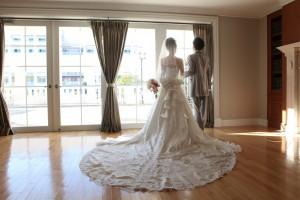 クラシックな雰囲気のなか結婚する二人